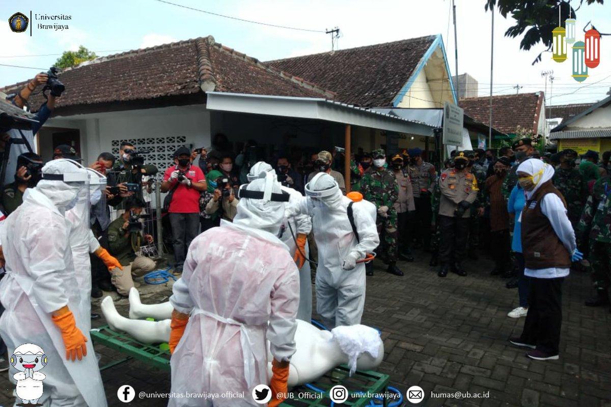 Salah satu tujuan Bu Gubernur di Kota Malang adalah Kampung Narubuk, yang merupakan bagian dari Kampung Tangguh binaan #UniversitasBrawijaya, dalam menghadapi pandemi Covid-19.  Dalam kunjungannya, beliau menyaksikan bagaimana simulasi tata laksana pemulasaraan jenazah oleh