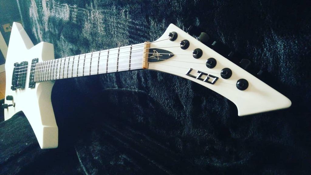 White Snakebyte  . #snakebyte #guitars . #guitar_hetfan . #GuitarPorn #Metallica #music #mff #metallicafans #metclub #ltdguitars #guitarist  #metallicafamily #GuitarPlayer #espguitars #guitaroftheday #guitarphotography #heavymetal #guitargasm #james… https://instagr.am/p/CALM7ACH_WZ/pic.twitter.com/uSAoNybOtE