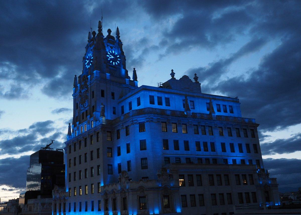 14 de mayo de 2020.  Hoy, en la Gran Vía madrileña, nuestra sede luce de azul en reconocimiento a los trabajadores y trabajadoras de actividades esenciales por su labor y entrega.  #SeguimosConectados💙#MakeItBlue https://t.co/YReUffhahO