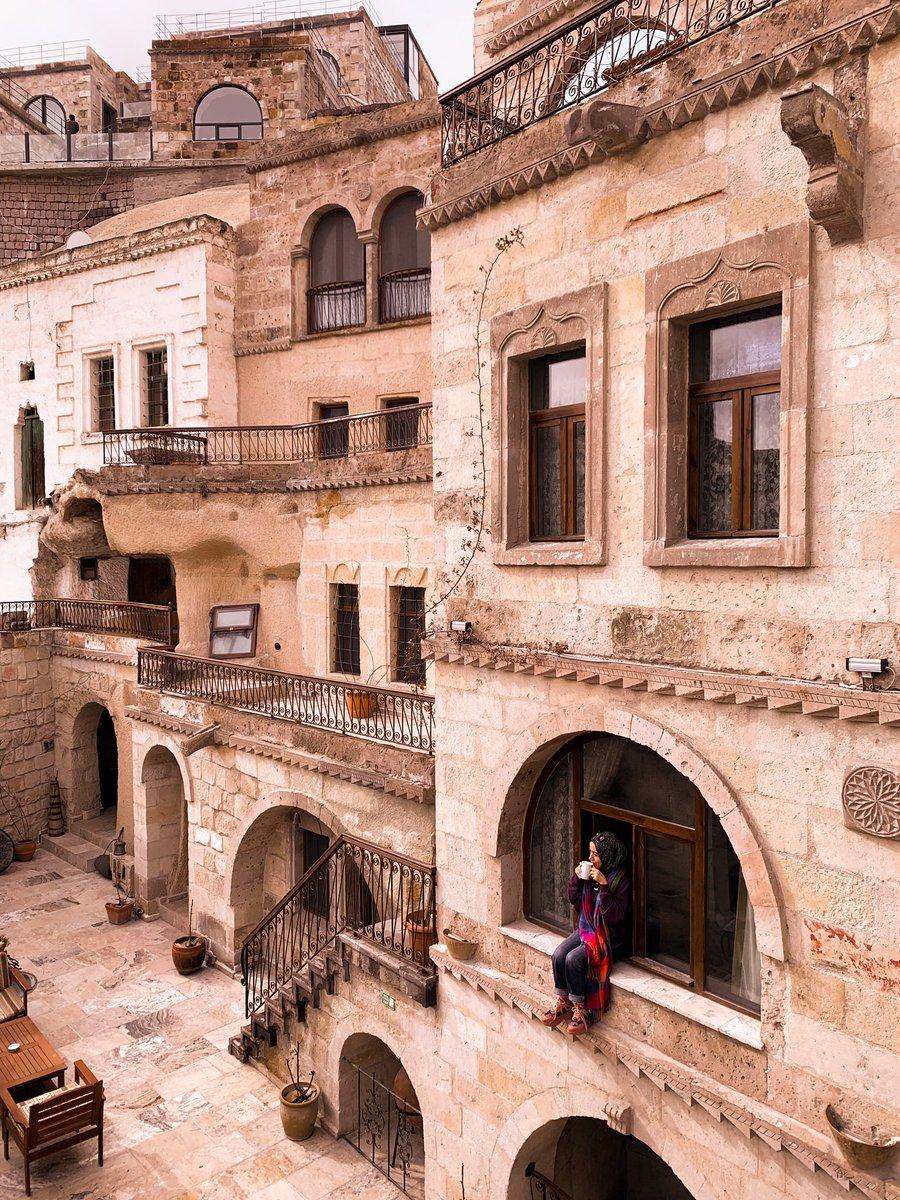 Ruhum geçmişi ve hikayesinde kaldı... . Hotel : @erenbeycavehotel  #kapadokya #nevşehir #capadocia #hotel #kapadokyaotelleri #kapadokyaturu #kapadokyatravel #capadoccia #capadociaturkey #nevşehirkapadokya #travel #gezgin #hotelroom #annaparischic #hijab #arabic #hijabstylepic.twitter.com/FXGPnJH1cw