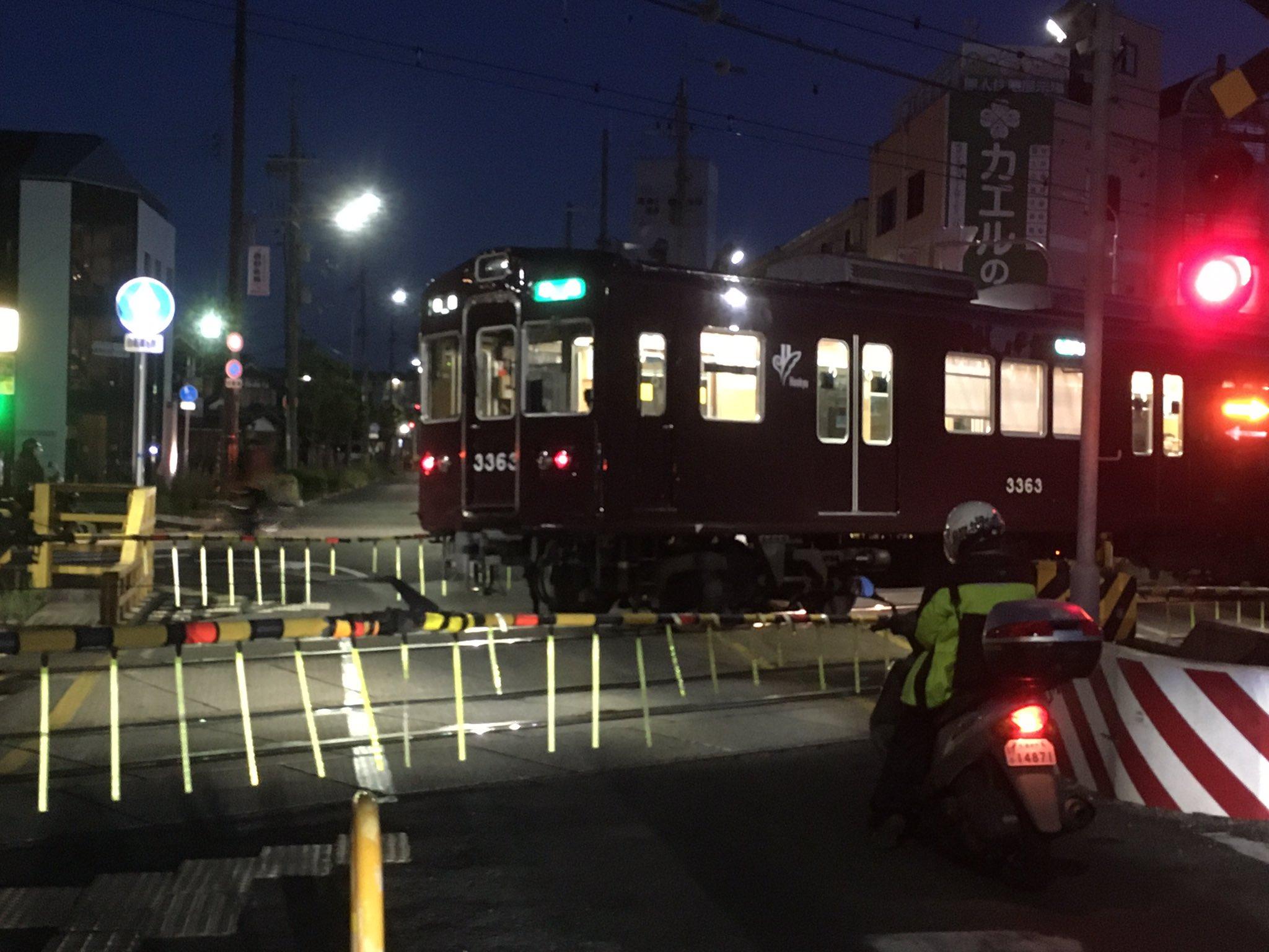 阪急京都線の富田駅で人身事故が起き急停止している画像