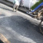 渋滞の先頭が悲劇…!田植え機がアスファルトに苗を植えていた!