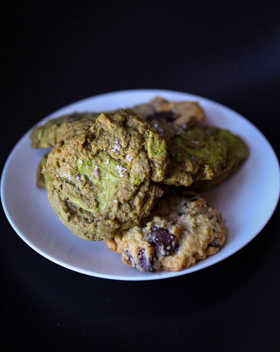 Matcha and Chocolate Chunk Cookies. Sea salt flakes optional.  #MetroManilaEats #QuarantineEats #QuarantineLife #matcha #cookies #chocolatechunk #chocolate #dessert https://t.co/8dQCJMuXgB