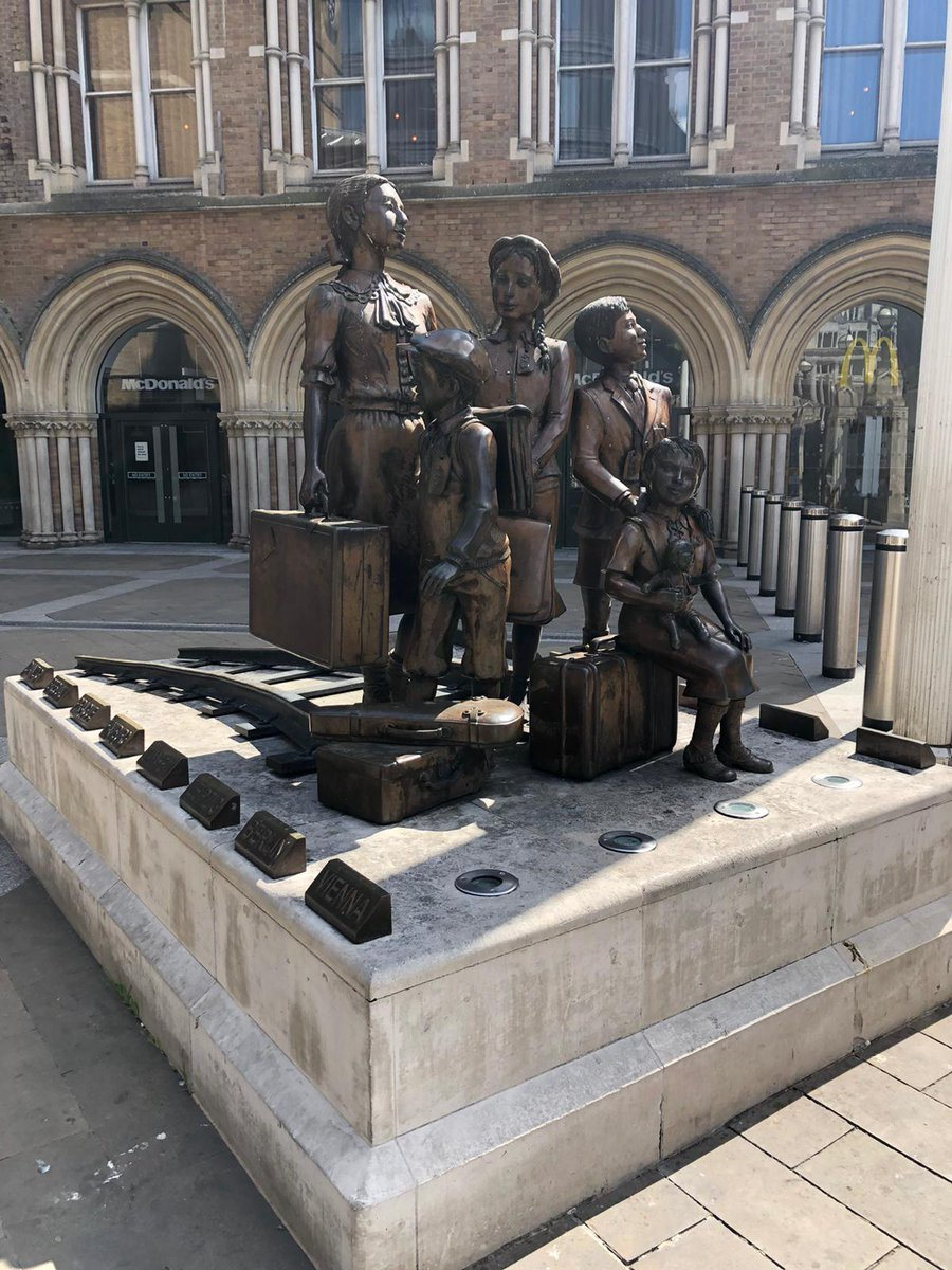 The Kindertransport mission helped 10,000 Jewish children escape Nazi-occupied territories. The memorial statue here commemorates where young refugees arrived by train raildeliverygroup.com/about-us/our-b… @RailDeliveryGrp #VEDay75 #Victory75