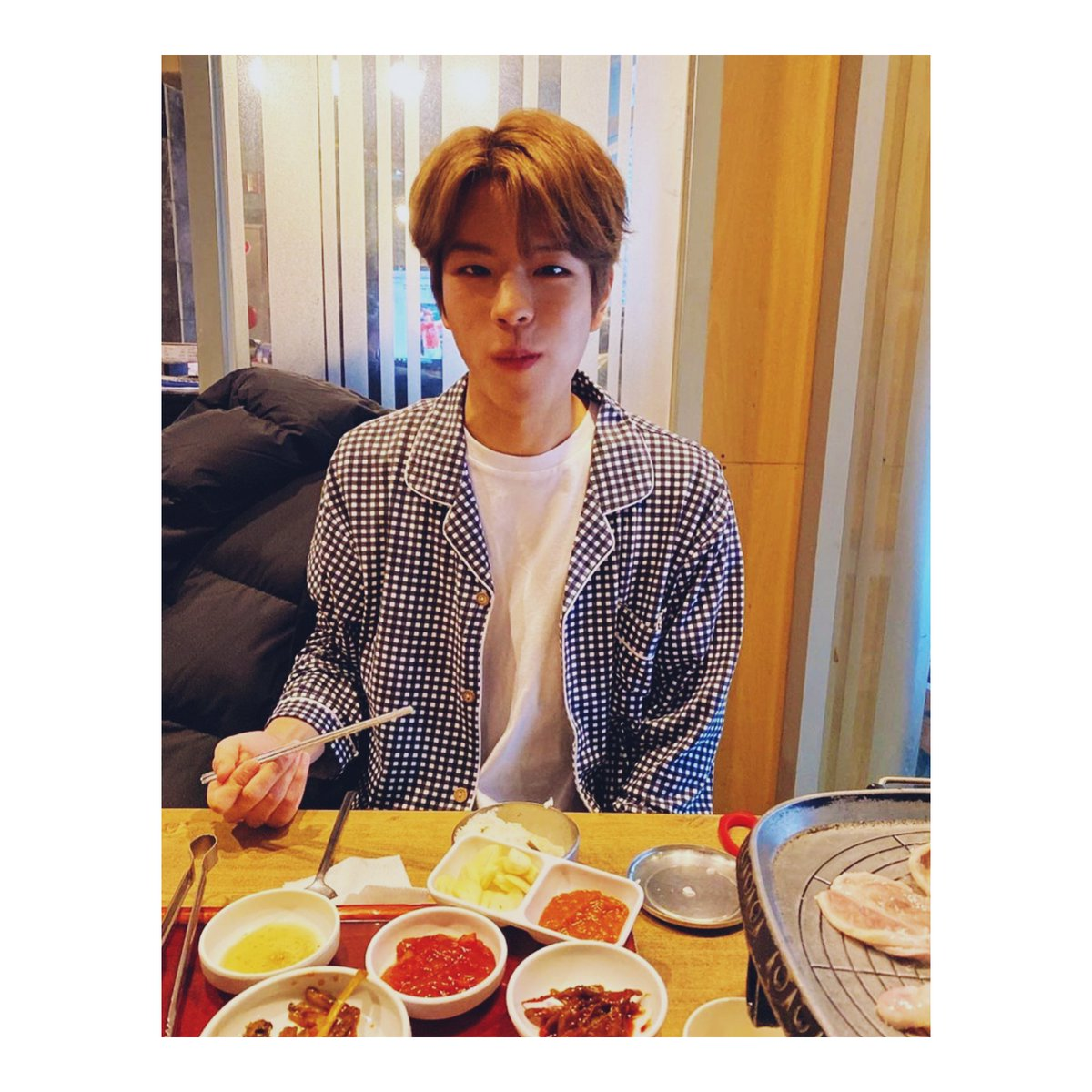 Dinner with baby seungmin   #StrayKids #SSD #StaySelcaDay #스트레이키즈 @Stray_Kids<br>http://pic.twitter.com/THLDixFUuL