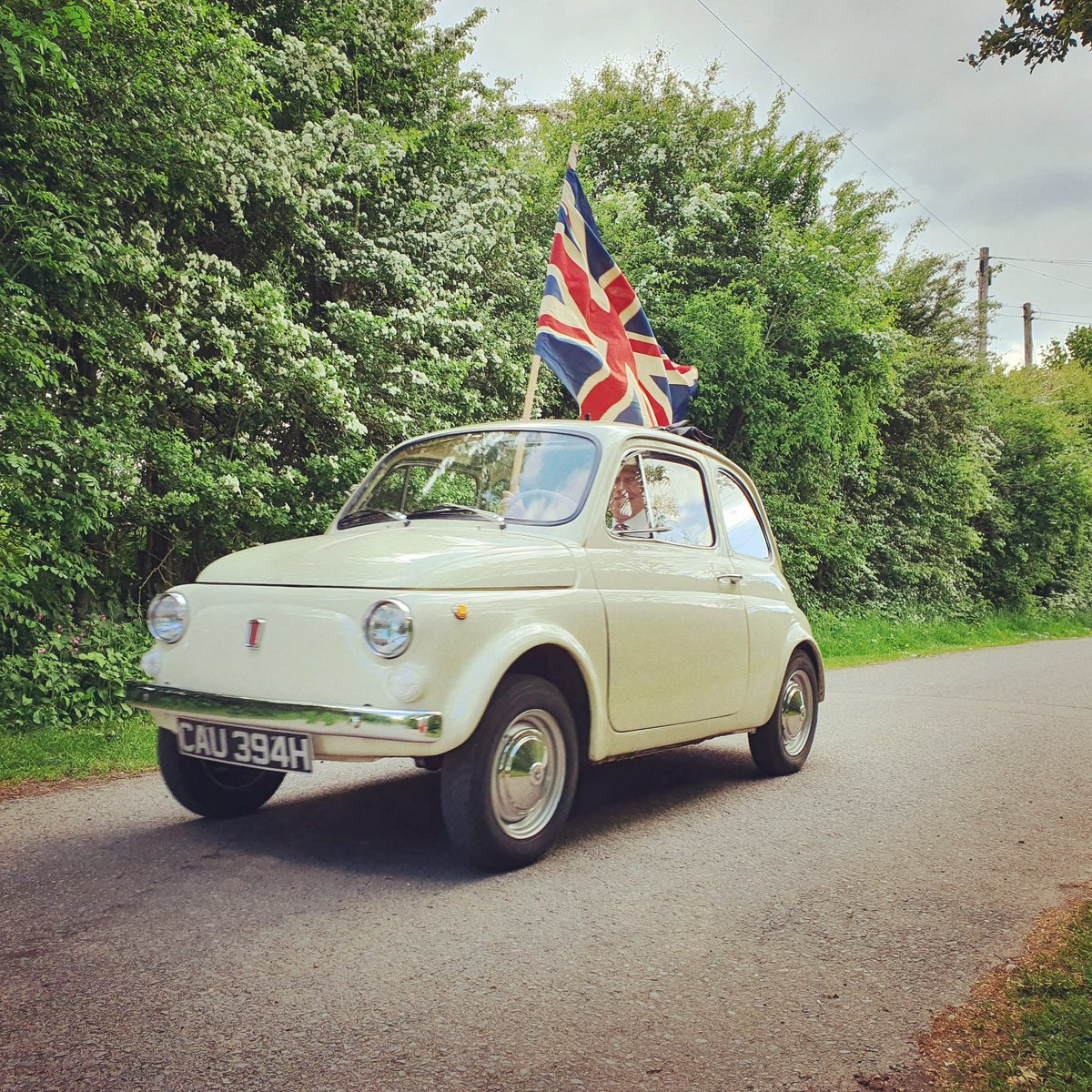Brought a smile to people's faces today 🙂 🇬🇧  #VEDay #fiatfriday #fiat500 #VEDay75 https://t.co/Juxp4ulvCV