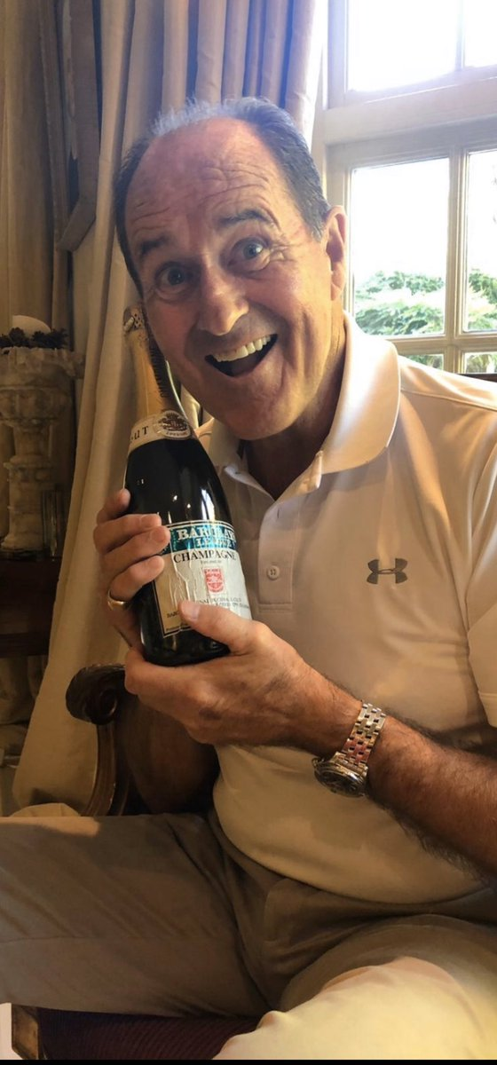 One last photo for tonight. George Graham was happy to be reunited with one of the rare bottles of unpopped champagne from that night  (courtesy of @DarrenArsenal1 collection). It was a bit too valuable to crack open even though it was tempting. #89AfterParty https://t.co/LWxUGueMPC