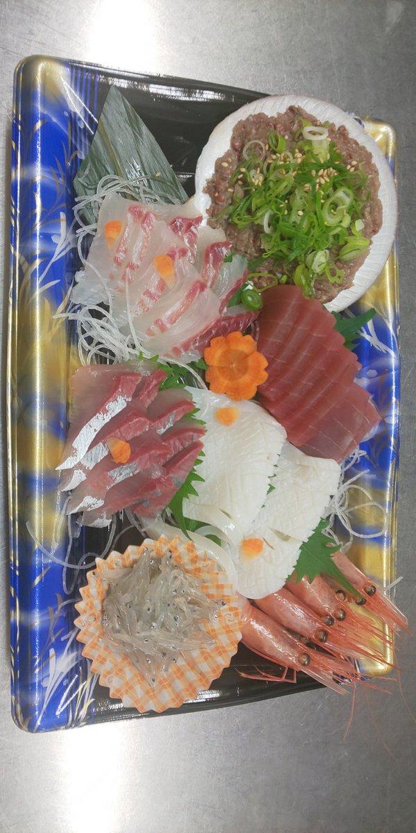 おはようございます!  2時に西浦に着いて競りから帰還  気がついたらもう9時です  店頭鮮魚マーケットやりますよ!  マゴチ ミノエビ 朝茹でわたり蟹 クロムツ 天然ふぐてっさ 等々  復唱ヨロ~  スーパで 魚買うなら うちで買え  `・∀・´)ノ オナシャス  #豊橋テイクアウト #海鮮 #お弁当pic.twitter.com/8bSmtSgkYT