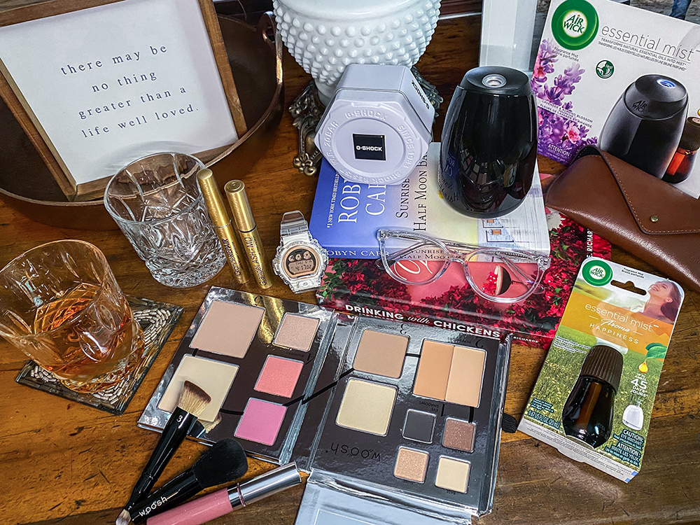 """#ad Check out my latest blog post/gift guide for some items that I love to use for my own mommy """"me time"""" and also get a few ideas for a mom in your life!   https://bit.ly/2za11ku  #GiftsForSuperMomBBxx  #gshockwomen #GSHOCKRoseGold #wooshbeauty #EBDfamilypic.twitter.com/ofSmJhme0V"""
