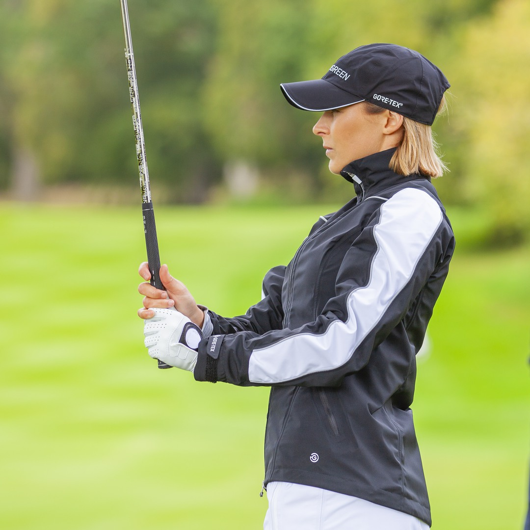 AINO // This full-zip waterproof golf jacket is packed with features that make you feel comfortable on the golf course. 100% waterproof ✔︎ Windproof ✔︎ Extremely durable and long lasting ✔︎ Womens waterproofs 👉 ow.ly/XWET50zxkat