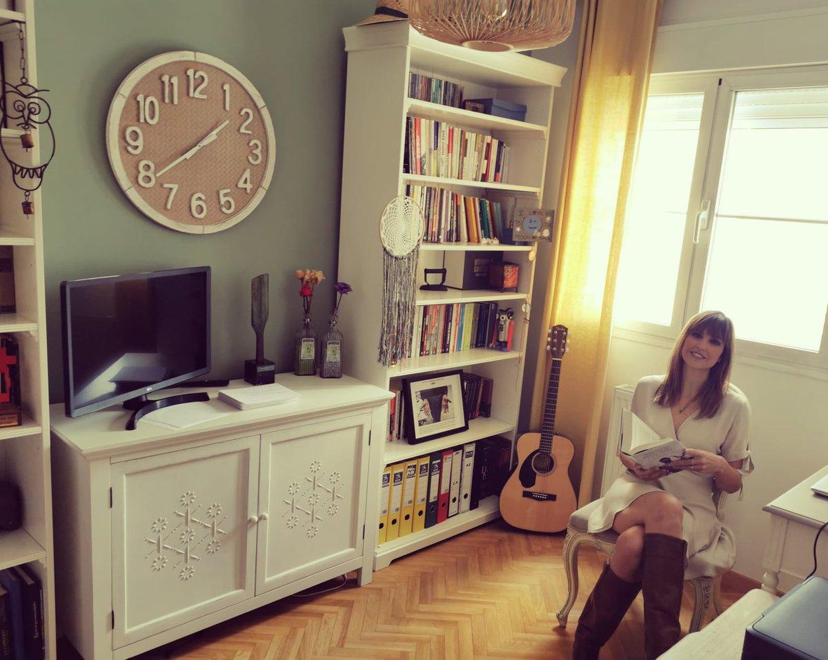 «Este es mi despacho, mi rincón favorito. Aquí leo, escribo, estudio guiones o, simplemente, dejo volar la imaginación. Es lo mejor de este espacio: que aquí el tiempo se detiene para mí.»  @sandrasabates11 en #MiRincónFavoritoEnCasa https://t.co/iyG0JbTpgk
