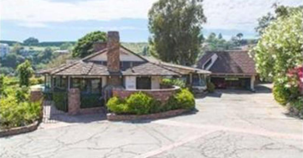 @elonmusk We saw the pictures of your house that you've listed on our site. Let us help you show off its soul by offering some free professional grade photos. https://t.co/D89NRBVaOf https://t.co/Jk06q6dKHi