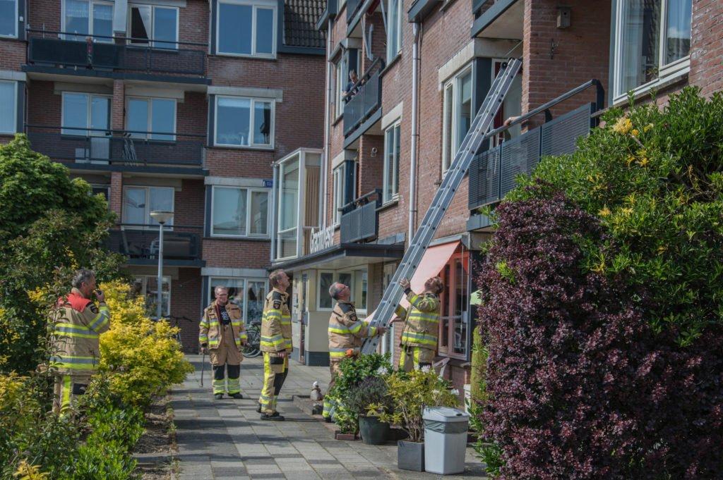 Brandweer opent deur voor buitengesloten bewoners in Steenwijk..