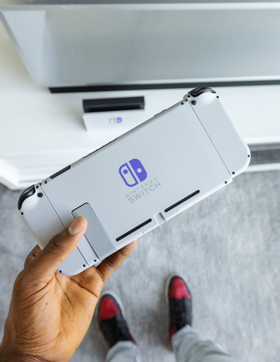 Alright it's international giveaway time - Looking to make someone's quarantine time a little more fun!  Giving away this customized SNES Edition Nintendo Switch  Just RETWEET to enter and I'll pick a random winner in 24 hours.  Shoutout to @ColorWare for making this possible! https://t.co/DorttSrQvR