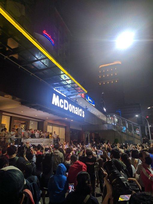 Potret McD Sarinah Dipadati Orang Saat Ditutup, Bikin Warganet Geramg Saat Ditutup!!