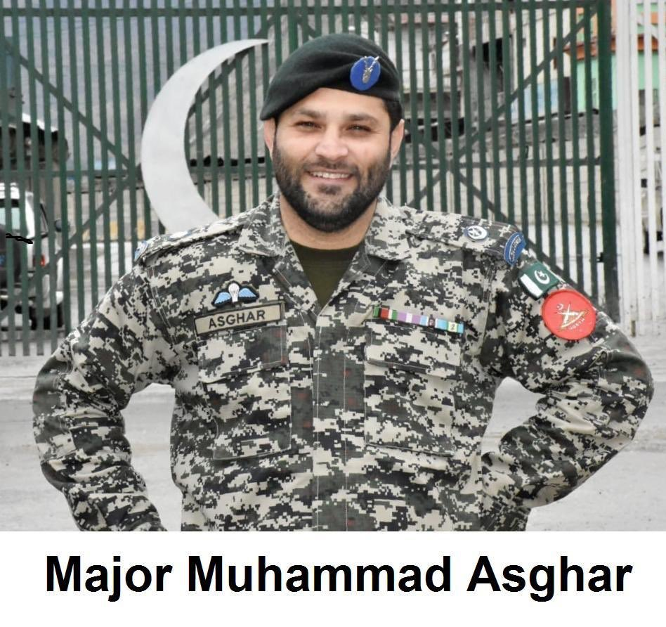 Major Muhammad Asghar laid his life in the line of duty at #Torkham border in fight against #COVID-19. Evacuated to CMH Peshawar with breathing problems, was put on ventilator but succumbed to Corona Virus. There is no cause bigger than serving the Nation. #OurMartyrsOurHeroes https://t.co/3mtCKyRycq