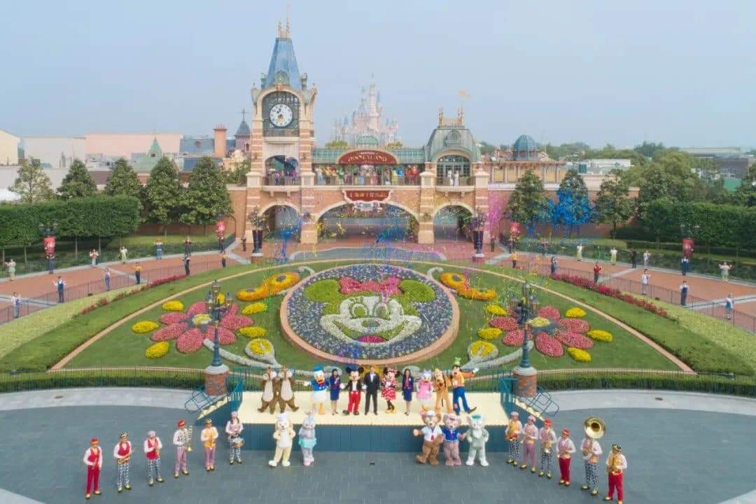 Shanghai Disneyland has reopened today to visitors with a capacity adjusted to 30% in addition to the application of sanitary measures. It is the first Disney resort in the world to reopen due to the Covid-19 outbreak #ShanghaiDisneyland #Shangai #SDL #DisneyParks #Covidpic.twitter.com/4j7WrJeDDR