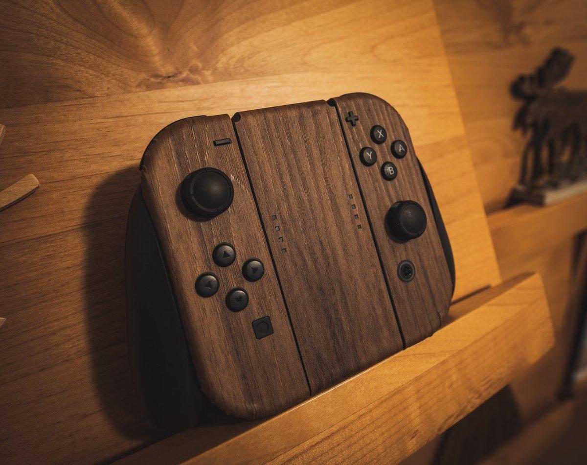 Nintendo Switchに木目シールを貼ったらまるで高級インテリアに!