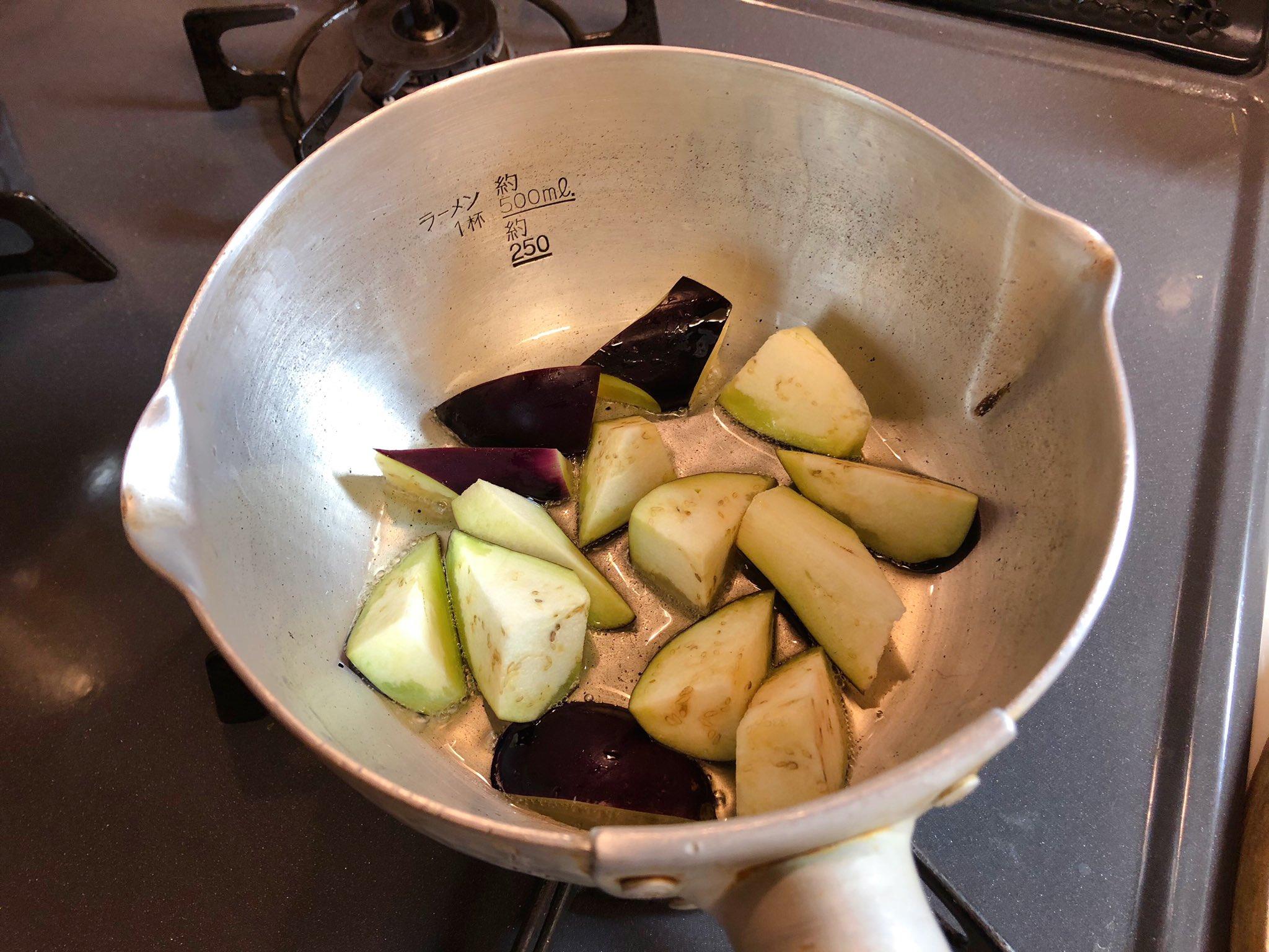 大学生の時に作ってた簡単な素麺のつけだれ。 茄子1本🍆乱切り(輪切りでも🙆♀️)にし、鍋にツナ缶の油だけ入れ、炒める(ノンオイルのツナ缶なら胡麻油で美味しい◎)。 油が馴染んだな〜という頃合いにツナ1缶、水150cc、めんつゆ50cc加えてサッと加熱。 素麺にすごく合うのと、簡単なのでよく食べてたな〜