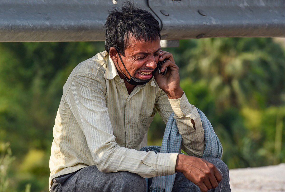 A penniless migrant worker breaks down as he talks on his mobile phone, a photo that should haunt all Indians https://t.co/urpe6oVPUD