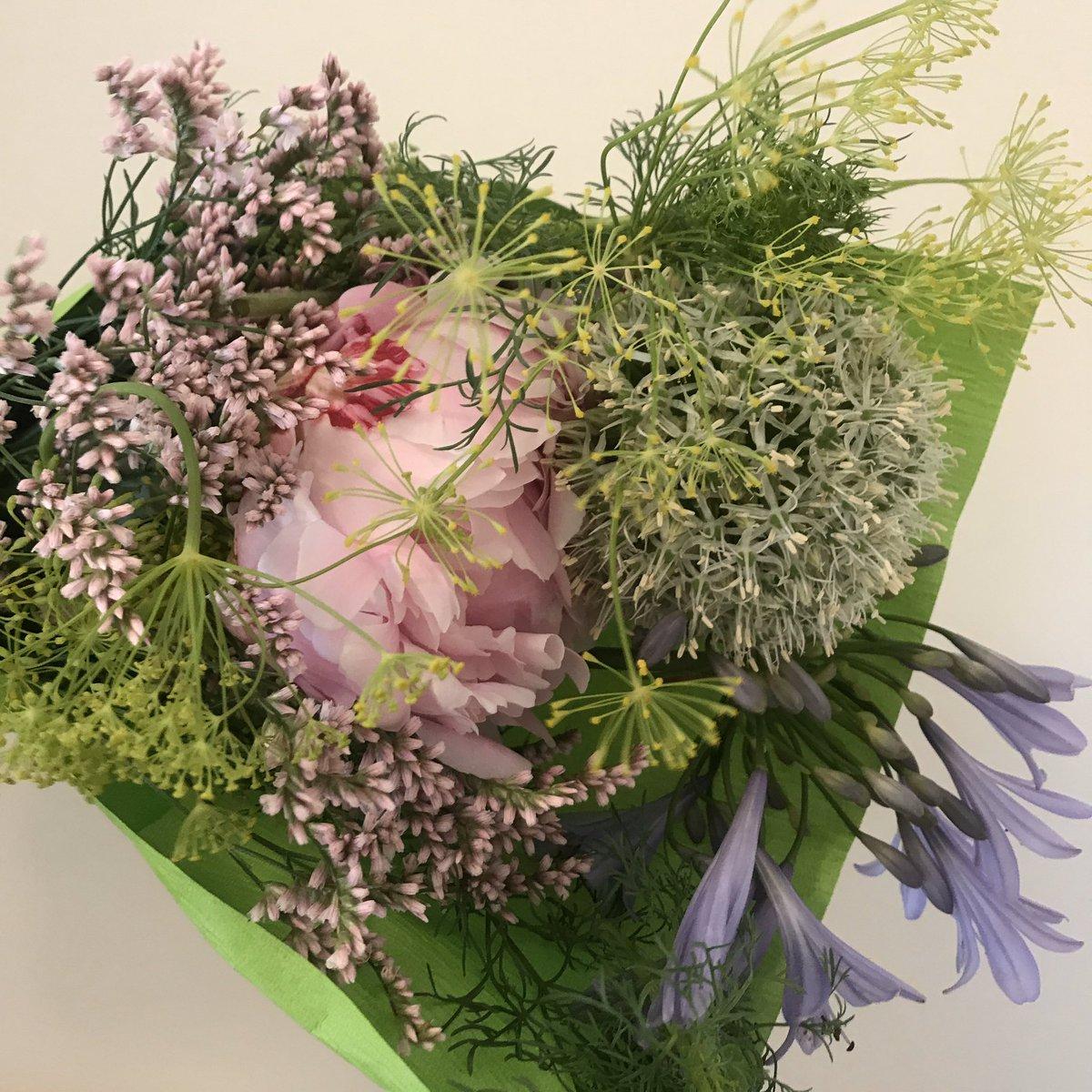 すてきなお花屋さんから、ブーケを届けていただきました。  お家にお花があると、心が潤いますね。  小さな幸せに感謝です✨  #スパイア #癒し #花束 #小さな幸せ https://t.co/CZ7lPWknEh