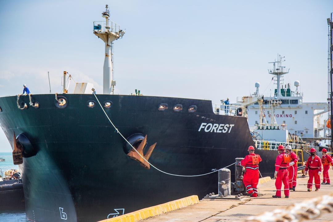 Así fue el recibimiento del segundo barco de la República Islámica de Irán el buque tanquero FOREST 🇮🇷 en el muelle del Complejo Refinador de PARAGUANÁ!! #UnidosEnBatalla