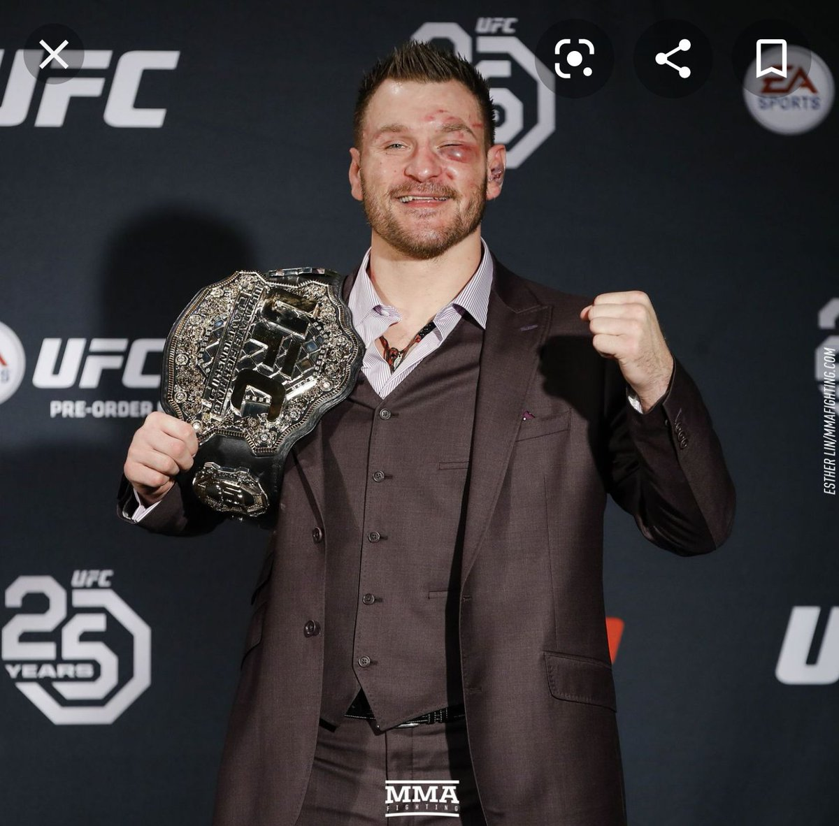 He totally didn't get near Stipe right.....pic.twitter.com/0SkfLYbQwe