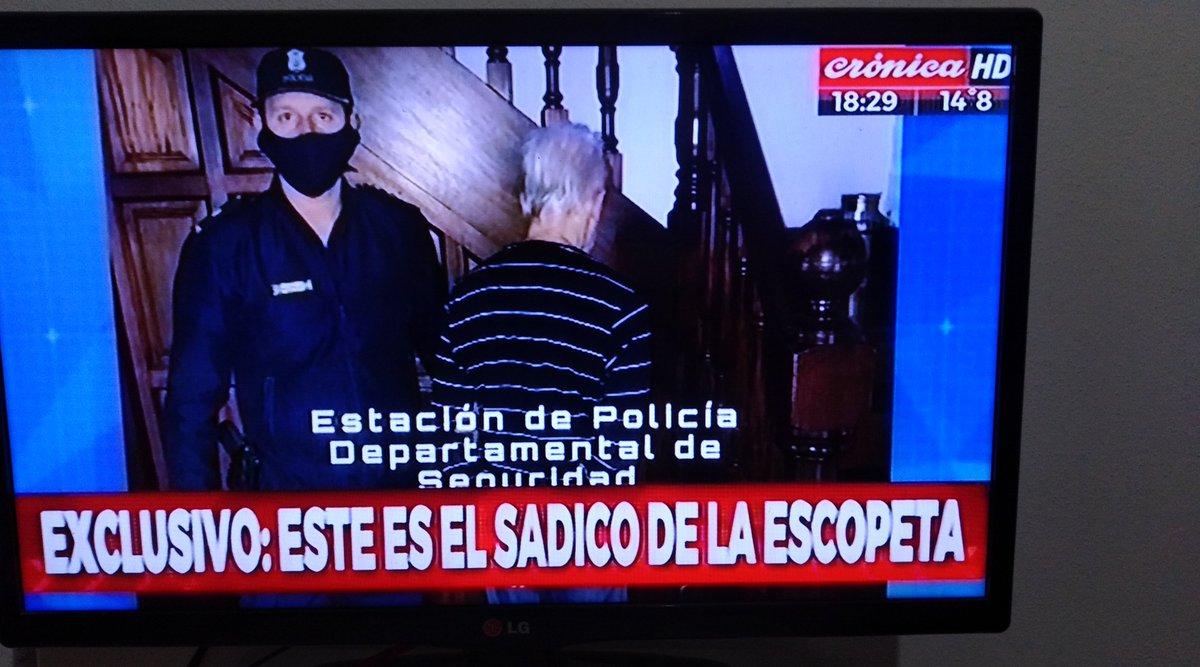 Este es el asesino  Gran labor de la policía de Berazategui.   #leysarmiento #asesinosuelto #cuarentena #coronavirus #asesino #elpeladodecronica #cronicaenvivo #cronicahd #CronicaTV #bsas #argentina #Cronicapic.twitter.com/C9P59pQciJ