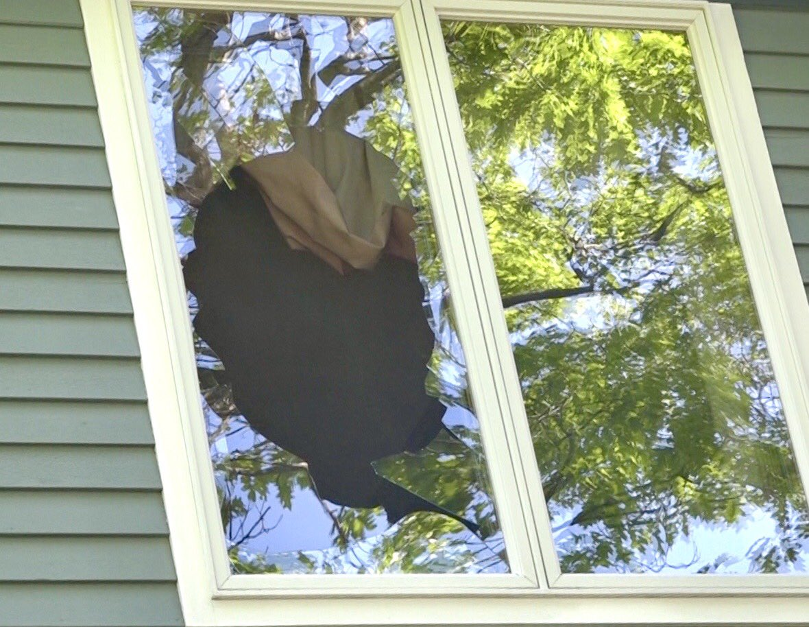 Turkey smashed through this Saugus 2nd floor bedroom window causing heavy damage to the home. No one injured. The wild turkey was neutralized. #wcvb #boston pic.twitter.com/4czsKKaDpY
