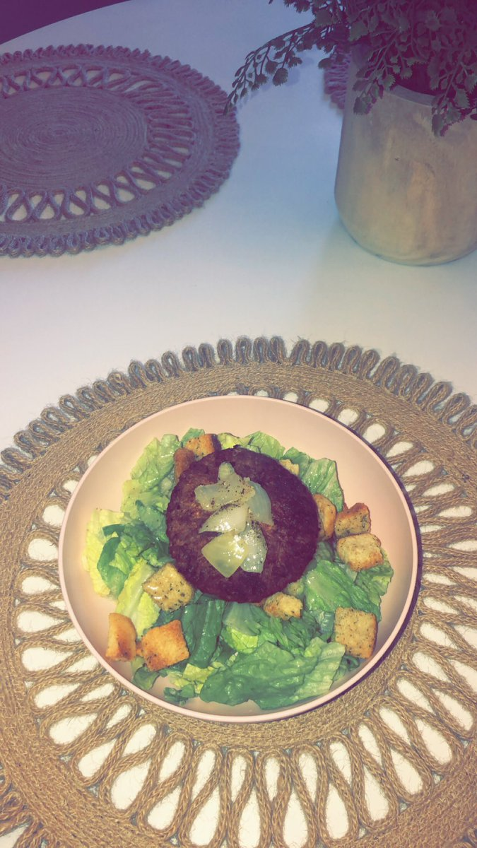 Hubby made me a plant-based ✿ no soy ✿ no dairy ✿ 19 grams of protein patty  #delicious pic.twitter.com/JJ7JpJXTsr