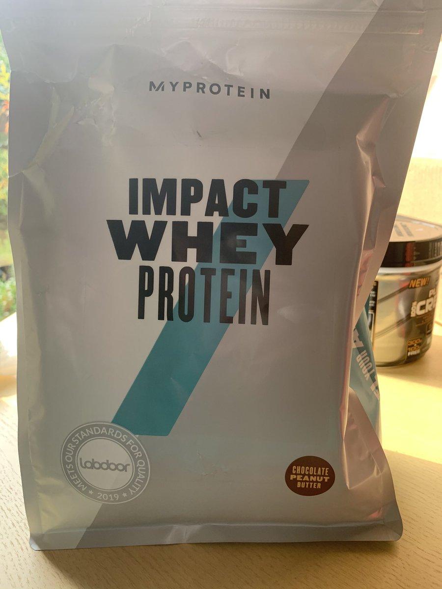 腹が減った。とりあえずプロテインシェイク飲もっと! 1日にタンパク質の目標は体重の1ポンド当たり1g+10%. 180-185g。 アメリカ時代の食生活に戻さんとなー #プロテイン #macrocounting #myprotein #食事管理pic.twitter.com/vSQXO2UTa6