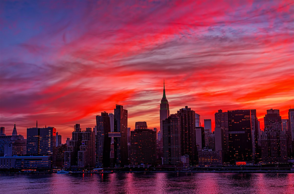 Fiery sunset skies of pink, red & gold above a shimmering #NYC tonight. pic.twitter.com/ozt7jUWQyI