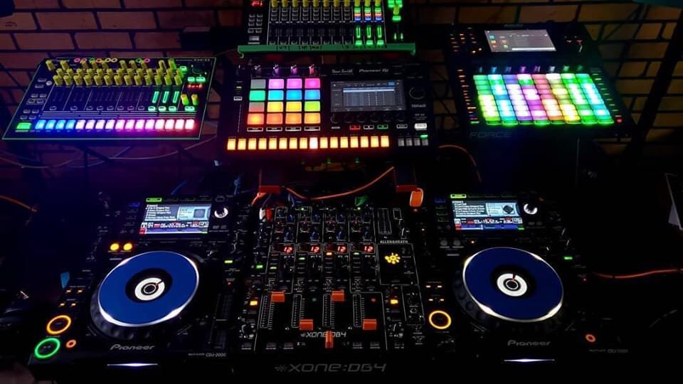 Good friend and DJ/Producer @mikegrahammusic  How awesome is this setup   #DJSetUp #DJStation #Producer #Studio #DreamStudio #MusicProducer #DJ #House #Techno #Pioneer #Xone #CDJ #OnlineRadio #RadioStation #TuneIn #Listenpic.twitter.com/6WDixfEyxR