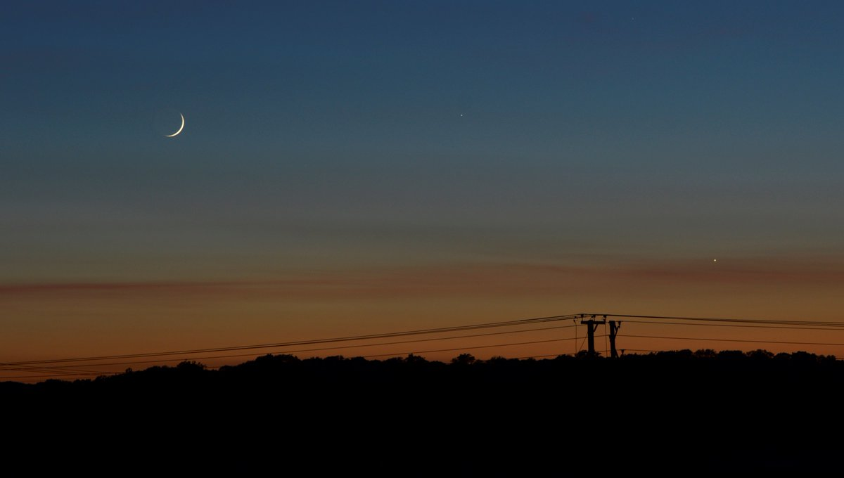 #StormHour Tonights crescent moon from Warwickshire 24/05 with venus and Mercury pic.twitter.com/xlXgZZShRa