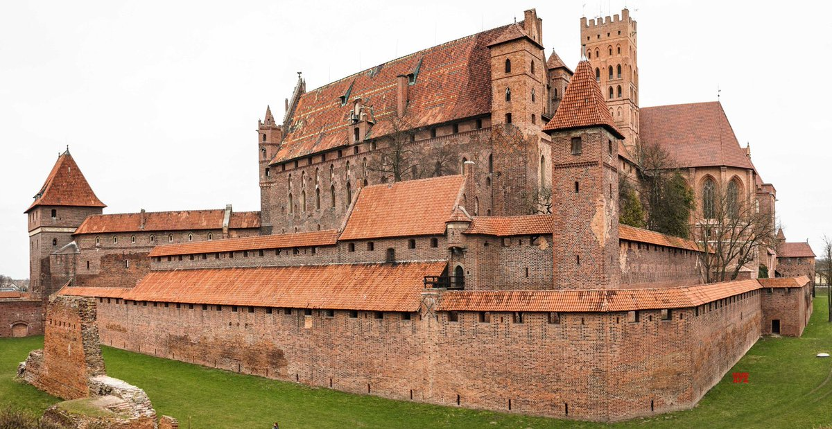 Malbork Castle, the largest castle in the world measured by land area.   Initially constructed by the Teutonic Knights, from 1457 it ended up serving as one of the Polish royal residences. Largely destroyed during WWII, the castle has been reconstructed.pic.twitter.com/Ylrl4kzjjZ