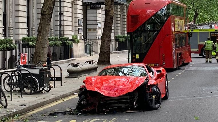 £200,000 Ferrari written-off after colliding with bus in central London news.sky.com/story/16320000…