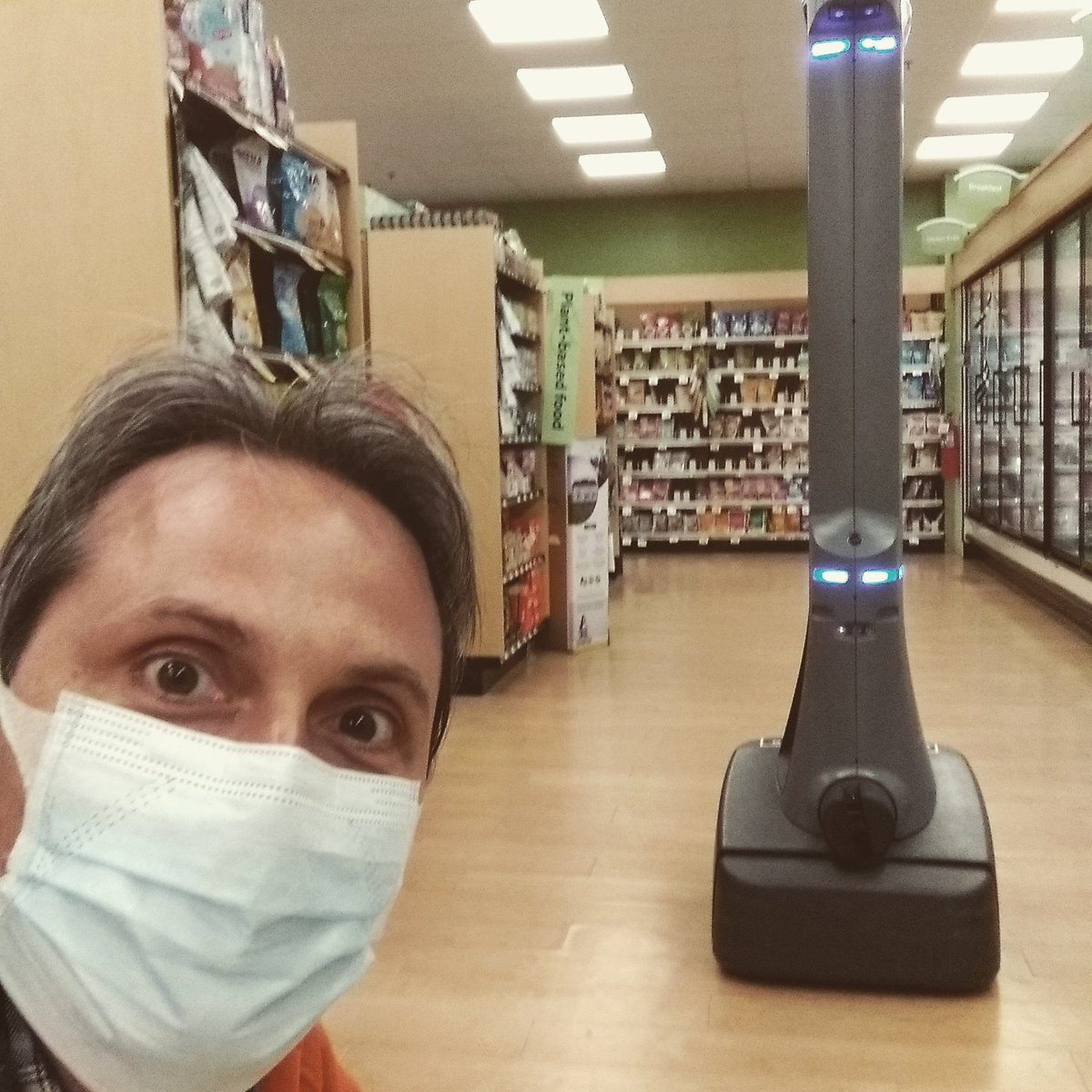 Meanwhile, in a grocery store far far away... #robotics in #Boston pic.twitter.com/XMnH9zvJX7