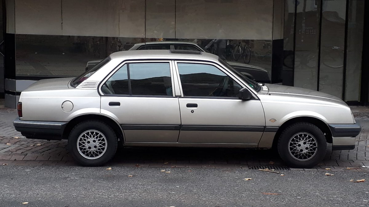 1987 #Opel Ascona C3 Jubilee. #SpecialEdition to celebrate Opel's 125th anniversary. It has Opel's old, eye-shaped logo mounted to the fenders and very nice cross-spoke rims. #carspottingpic.twitter.com/f0BvrXryFs