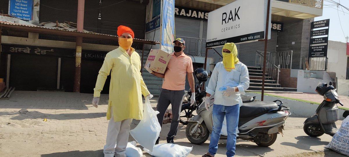 @BBCHindi जा रहे यात्रियों की सेवा कमता तिराहा लखनऊ में प्रतिदिन सुबह #मनोरमा वेलफेयर सोसाइटी#के संरक्षक प्रमेन्द्र सिंह पालीवाल के नेतृत्व मे https://t.co/lQr8cPNRpN