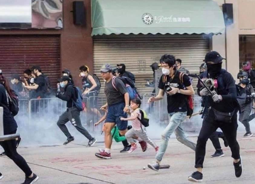 Little girl among #HongKongProtesters to defend freedom of #HongKong. #FiveDemandsNotOneLess #HeavenEliminatesTheCCP #長歌當哭 #天滅中共 #五大訴求缺一不可 pic.twitter.com/1WeDmh9KUX