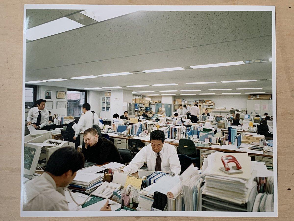 東京の大企業で撮られたいと言うトムヨークプリントで。彼は東京の沈黙の雑踏にいた誰もトムヨークが見えていないようだった