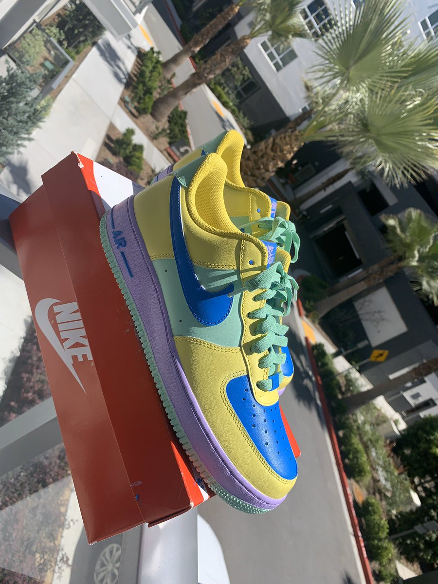 Custom Easter Airforce 1s <br>http://pic.twitter.com/mb252pKmQr