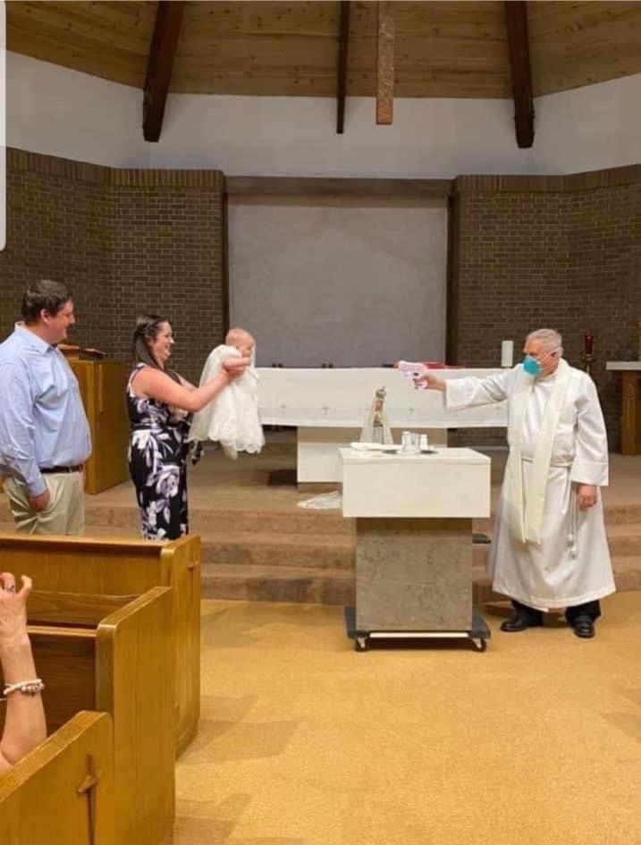 ソーシャルディスタンスを保って、水鉄砲を持って洗礼を施す神父様の写真、おかし過ぎます。