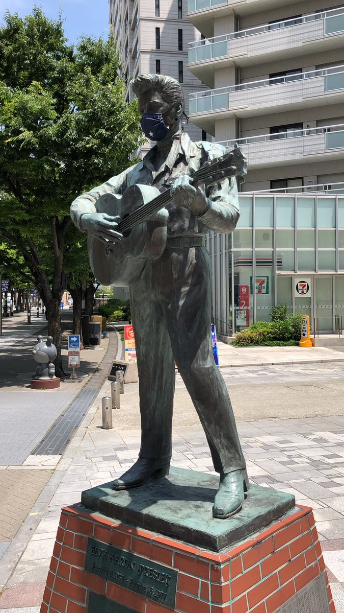 Elvis statue in Harborland Kobe, #Japan also masking it up to keep it safe #travelpic.twitter.com/ZbhHmYuUHZ