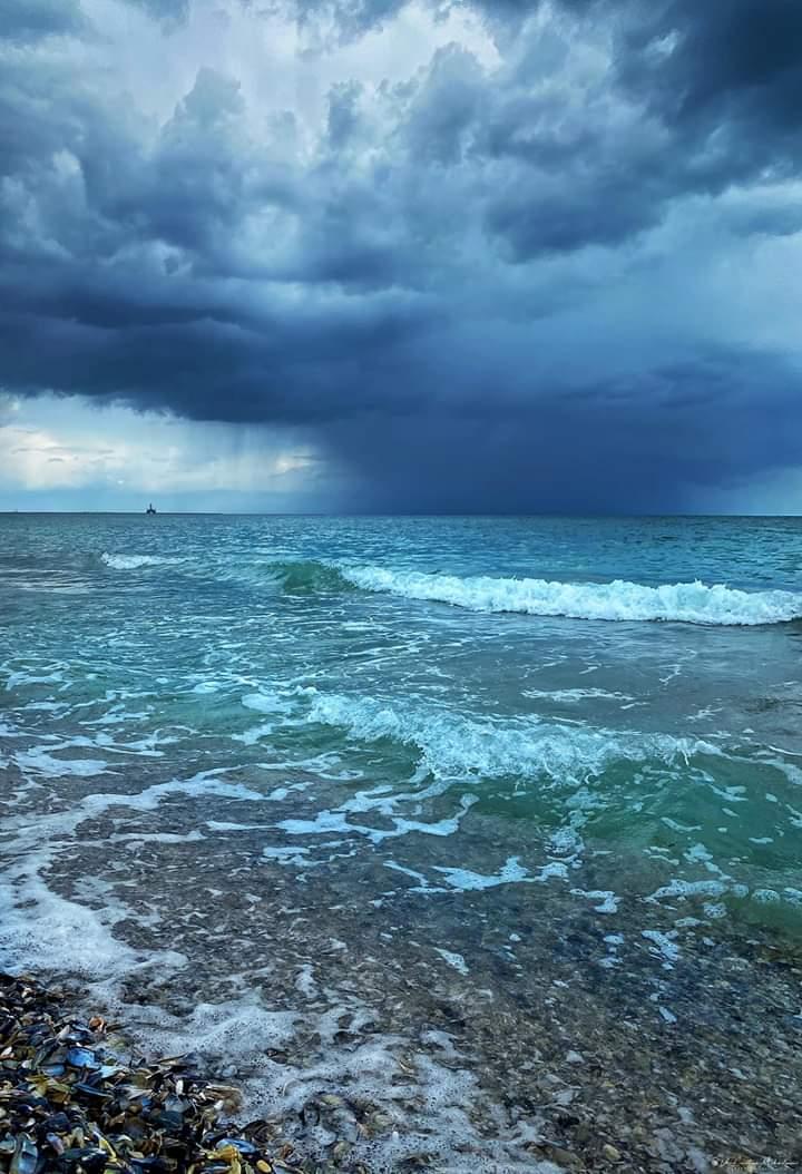 Good morning! When the sky convert in the sea. Black Sea. #Romania Dan Cristian Mihăilescu Fotopic.twitter.com/HmBYc0lonx