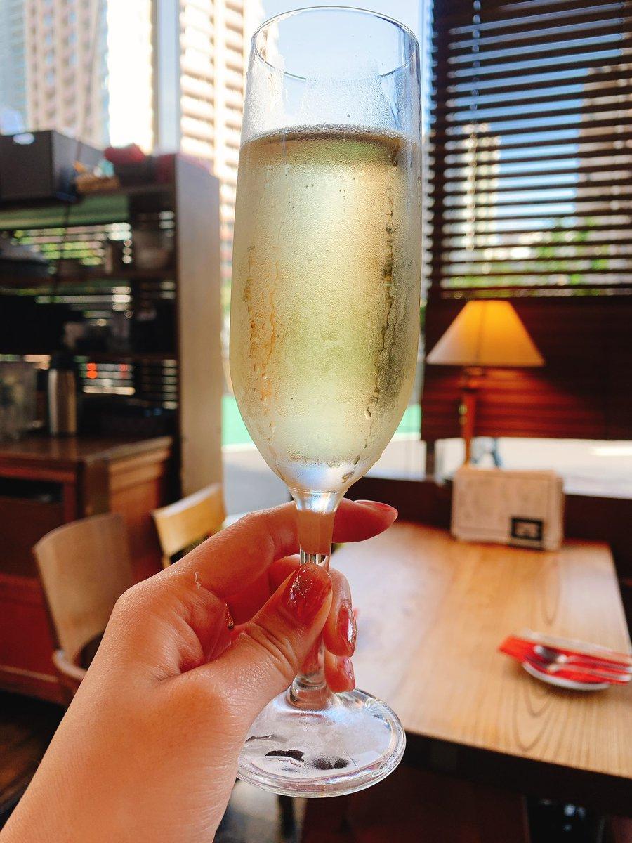 昼からシャンパーン  ジャンパや好きです  最近暖かいから近々に冷えたシャンパン飲みたくなるんです  夜はお店やってないけど、昼のみって言う新しい概念が生まれたのは よかった笑  #シャンパン #スパークリングワイン #昼飲み  #女子会 pic.twitter.com/8L6a2fbE0w