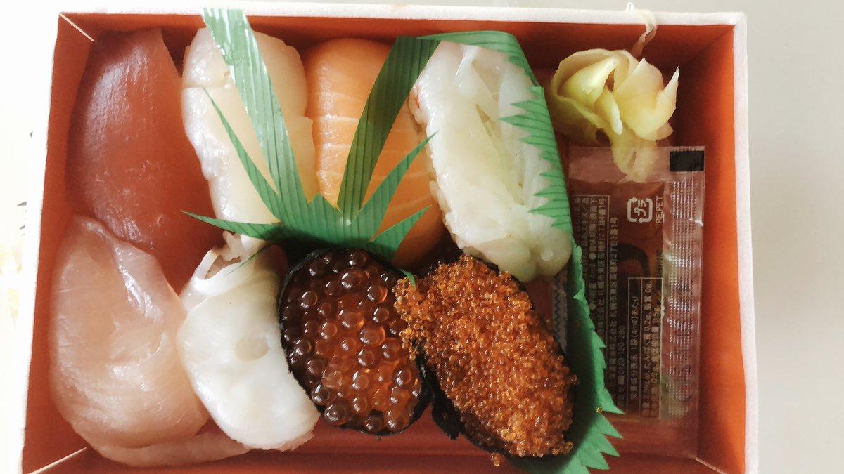 遅いお昼になりますが 差し入れに頂きました#おさかなやの寿司 頂きまーす 晴れてる午後元気に過ごせそう^ - ^ pic.twitter.com/mcsJrgUDi9