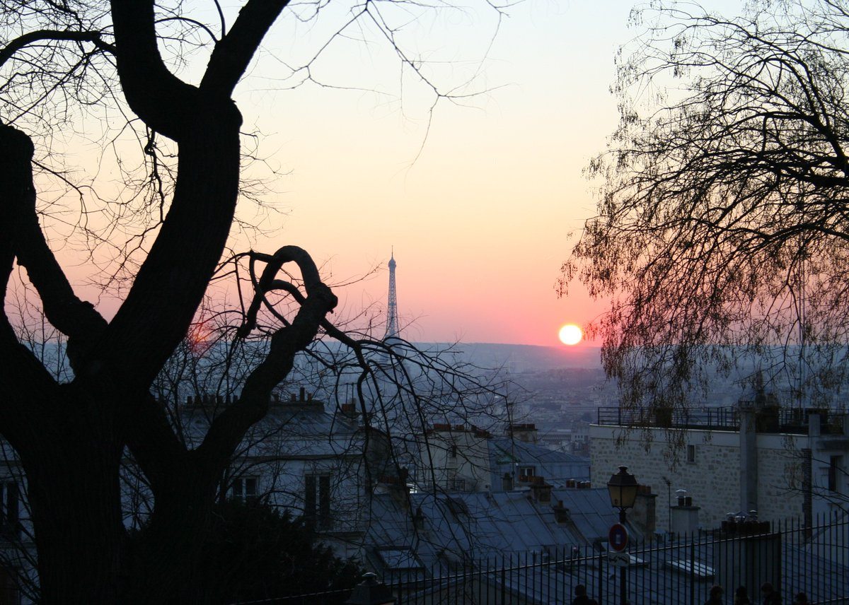 Besides writing, cartoons and playing guitar, I also like #photography. Day 17 of the discovery journey in my photo library. No explanation, just time and place. #Paris (F), December 2007. • • • #photographyeveryday #photographylovers #streetphotography #toureiffel #sunsetpic.twitter.com/cOzJyPYsKq