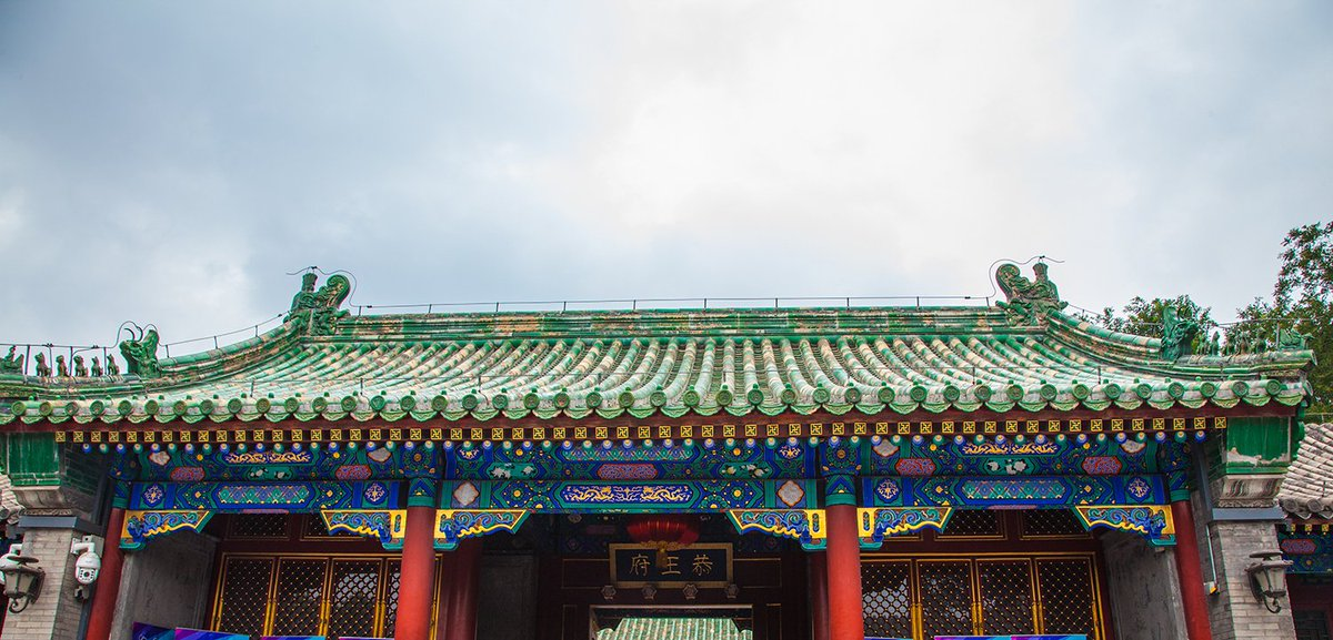 Pictures below show a gable and hip roof in #Beijing, common in traditional Chinese architecture. In ancient China, gable and hip roofs could only be used in the main halls of residences of important officials. There are gable and hip roofs with a single eave and multiple eaves. pic.twitter.com/jptulsGlFi
