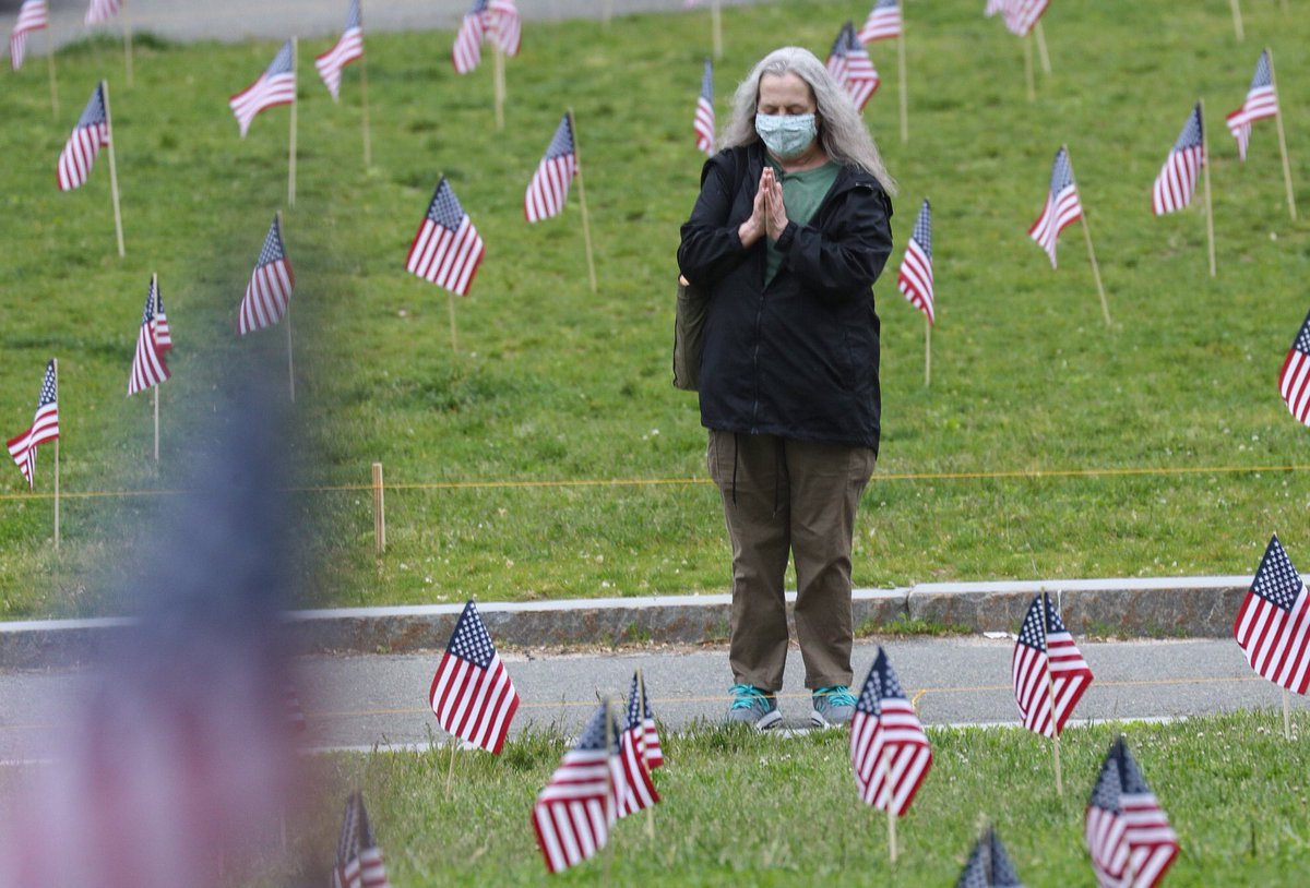 Flags are up this morning at the #Boston Common #heroesflaggarden. This is a smaller, more socially distant display than in years past. Representatives of @MaMilHeroes planted them overnight. 📸@pictureboston https://t.co/MZAOMolpSh